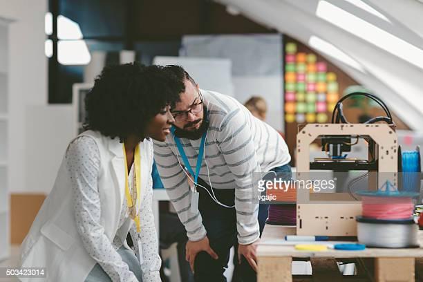 Équipe d'affaires travaillant par imprimantes 3D