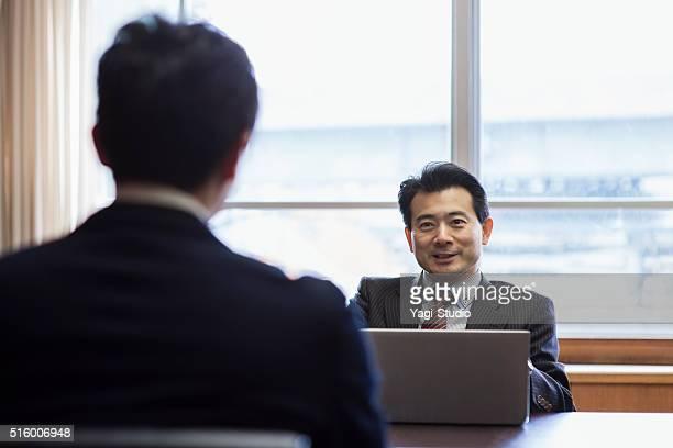 ビジネスチームで働くミーティングルーム