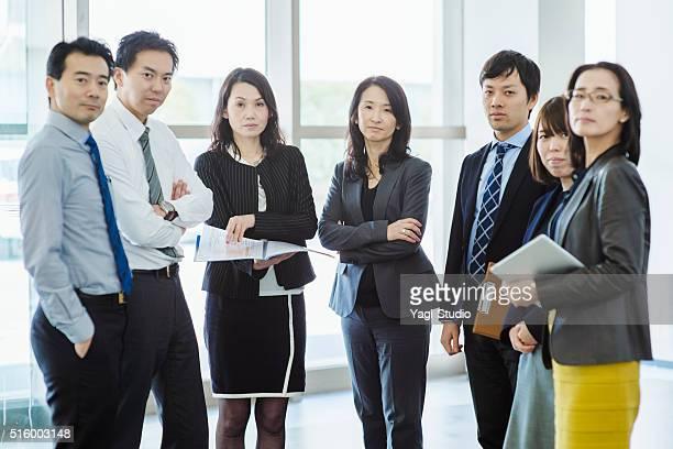 ビジネスチームオフィスで働く - 日本人のみ ストックフォトと画像