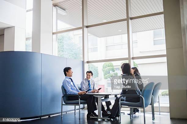 ビジネスチームオフィスで働く - 4人 ストックフォトと画像