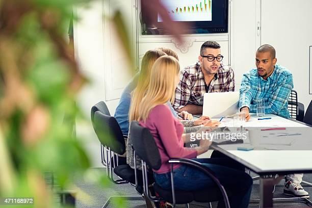 Équipe d'affaires travaillant sur un projet