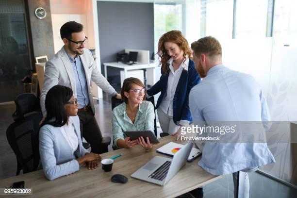 Equipo de negocios trabajando juntos en la oficina