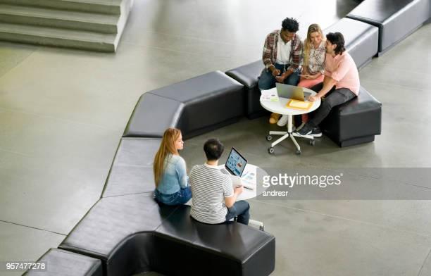 Business-Teams online in einem Coworking Space arbeiten