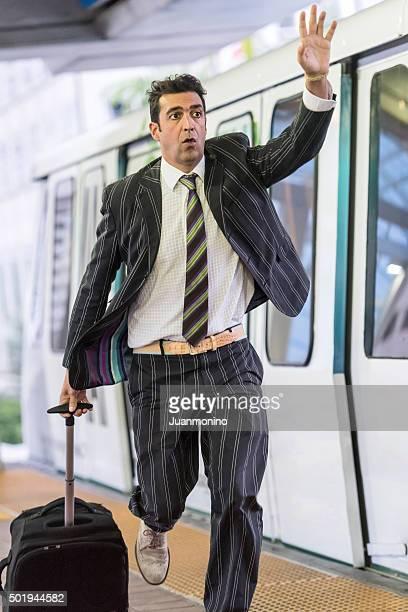 Les voyageurs d'affaires de courir après un train