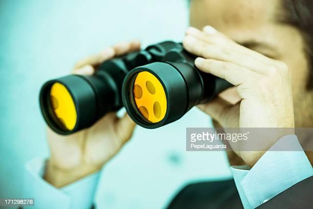 Visione aziendale: Uomo che tiene il binocolo
