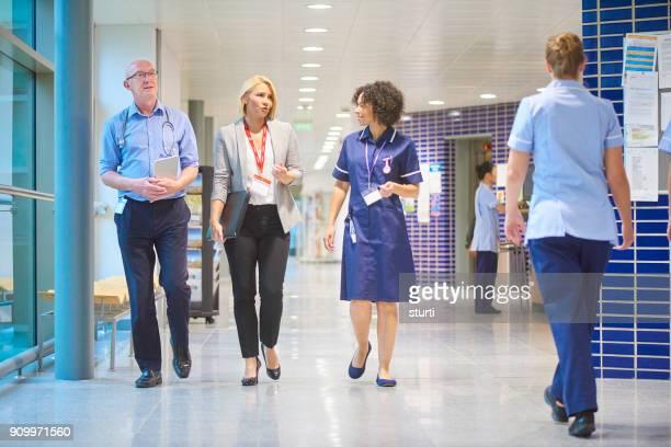 病院スタッフのビジネス訪問者