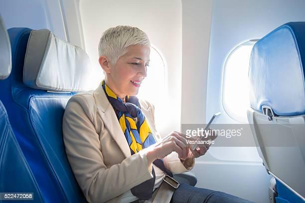 ビジネスの女性で飛行機