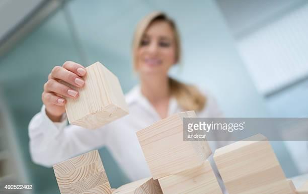 ビジネスの女性のプロジェクト建物