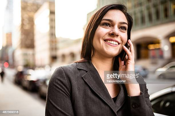 Unter business-Frau am Telefon-städtisches Motiv