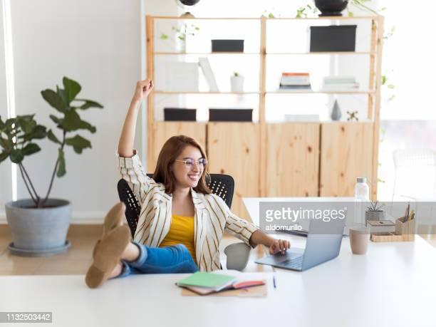 mulher de negócio que comemora no escritório - em êxtase - fotografias e filmes do acervo
