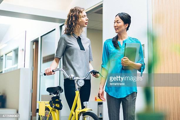 ビジネスの女性の通勤自転車で仕事に