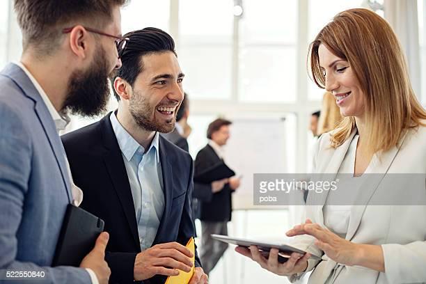 ビジネスの女性プロジェクトについて、お仕事仲間とのオフィス