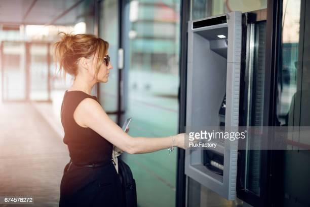 Business-Frau gonna die ATM