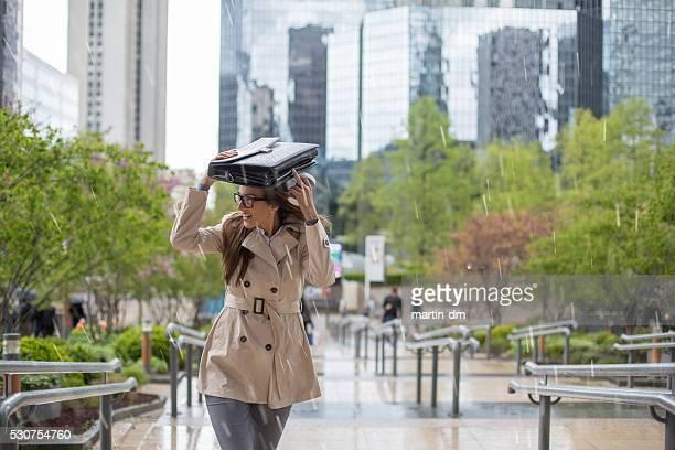 Femme d'affaires va travailler sur un jour de pluie
