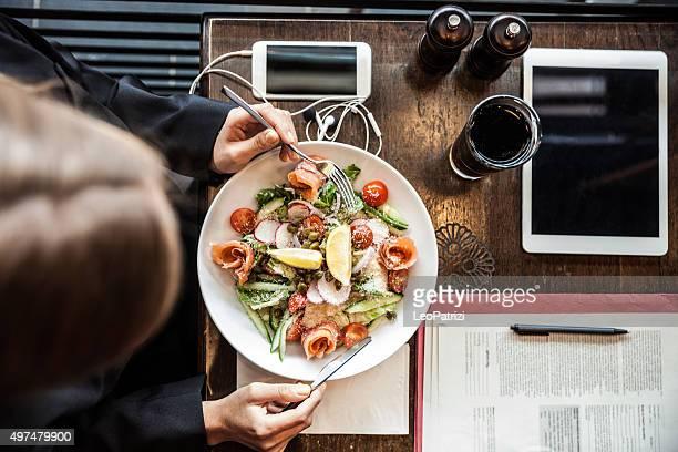 Mujer de negocios tener un descanso en un restaurante