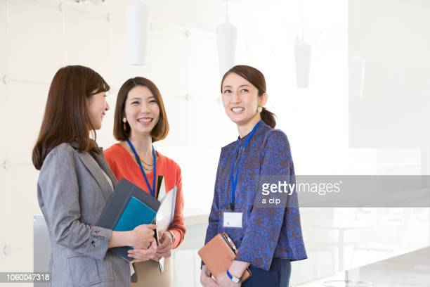 business woman meeting - exclusivamente japonés fotografías e imágenes de stock