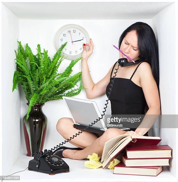 ビジネスの女性がマルチタスクで小さな個室