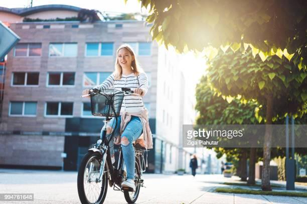 zakenvrouw op een fiets - werkneemster stockfoto's en -beelden