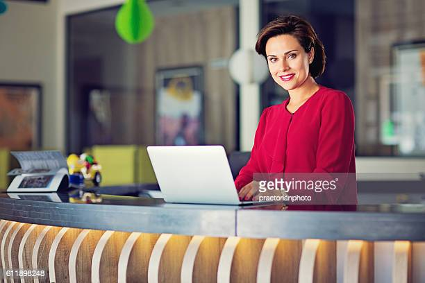 business woman on the office desk - receptionist stockfoto's en -beelden