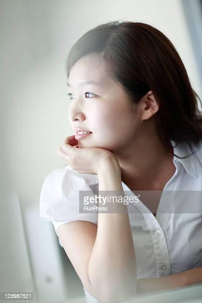 business woman - 顎に手をやる ストックフォトと画像