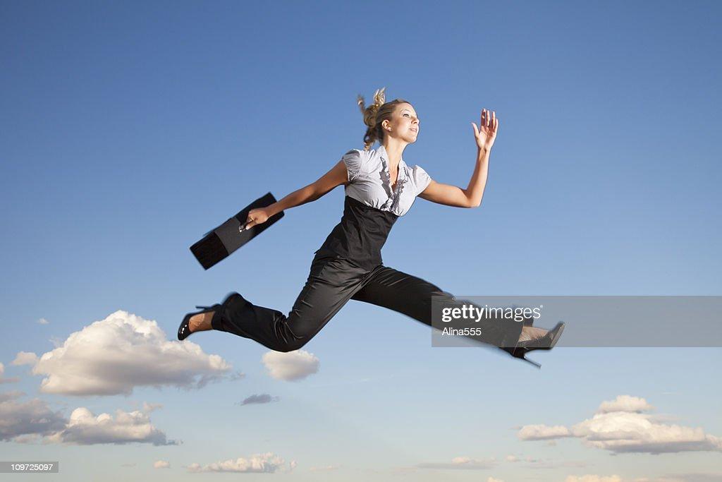 Mujer de negocios que fluye a través de aire : Foto de stock