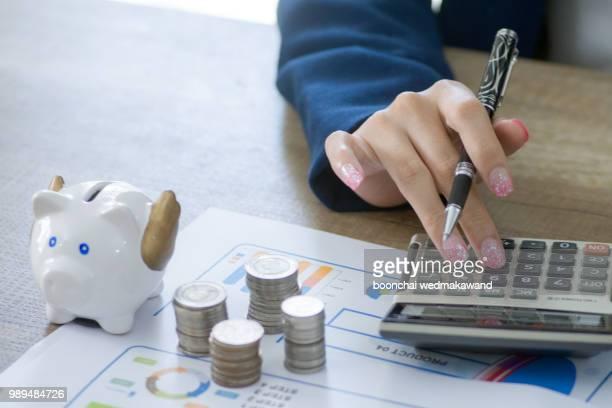 business woman savings money - ��couter photos et images de collection