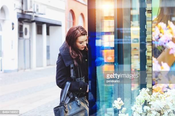 Femme d'affaires shopping sur la rue, de ville de Malmö Suède