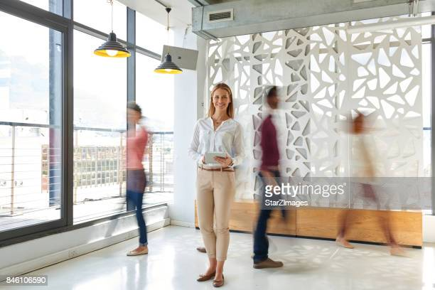 Croud から立っているビジネス女性