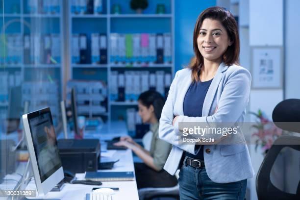 femme d'affaires - photo d'actions - directrice photos et images de collection