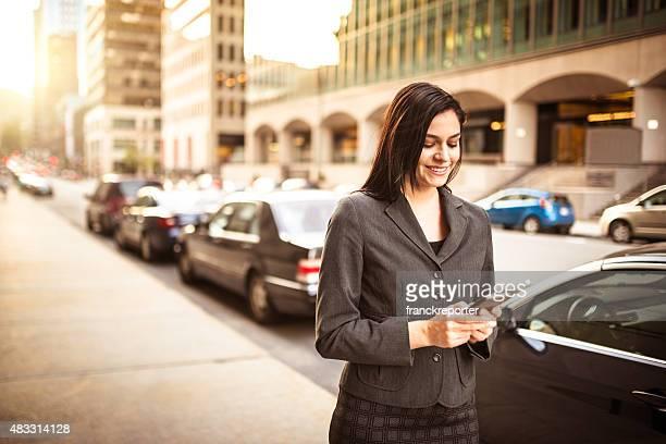 Surfen business-Frau am Telefon-urban scene
