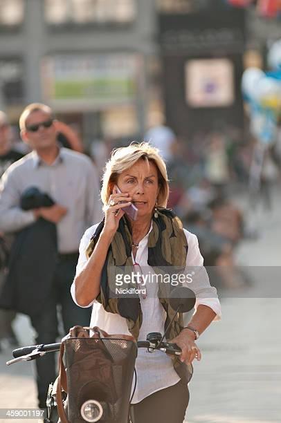 Mulher de Negócios, tendo uma chamada enquanto andar sua bicicleta