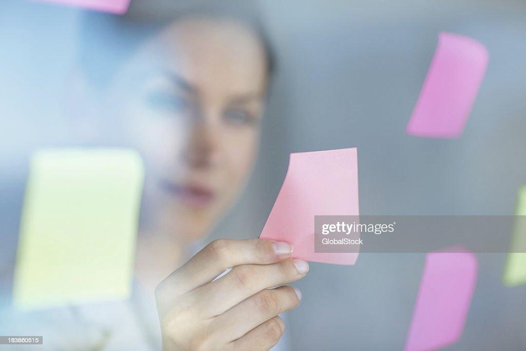 Femme d'affaires prenant un note de la fenêtre : Photo