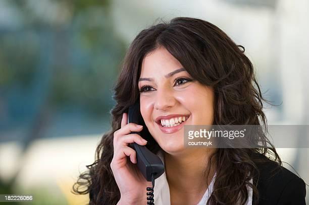 Mujer de negocios hablando por teléfono