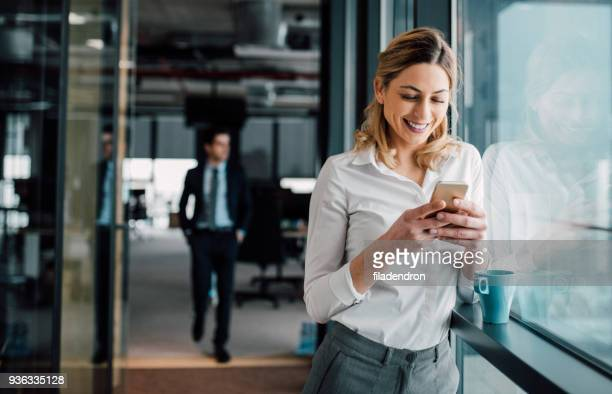 business woman texting - fare una pausa foto e immagini stock