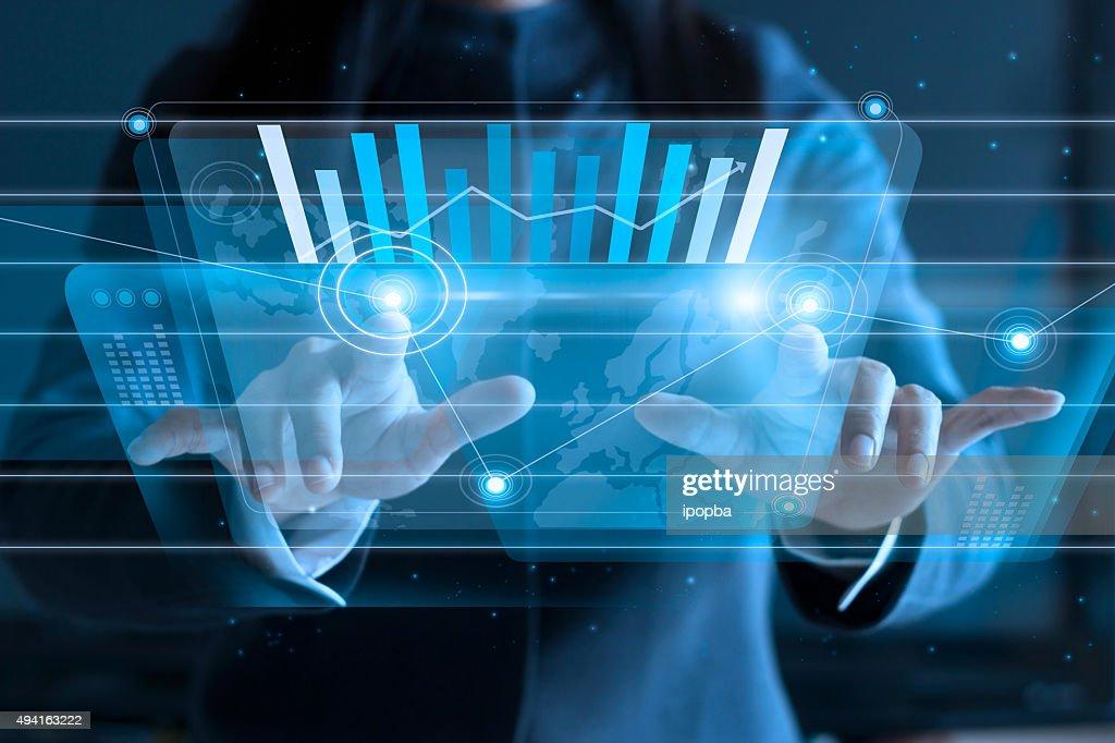 Geschäftsfrau berühren virtuellen Bildschirm schieben Symbol auf Medien : Stock-Foto