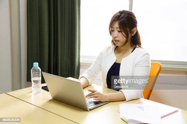 business woman, using a laptop - 30代の女性一人 stock pictures, royalty-free photos & images