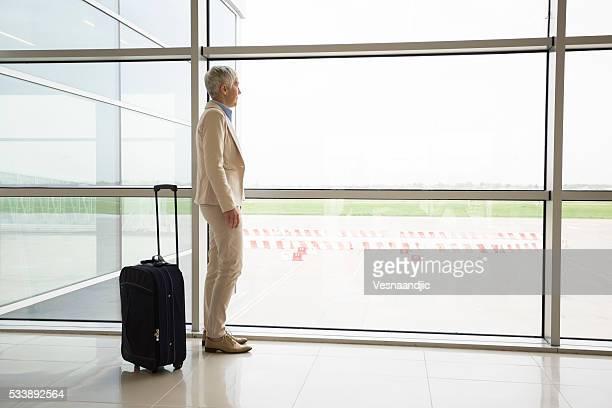 Donna d'affari in attesa per il suo volo nella Lounge dell'aeroporto