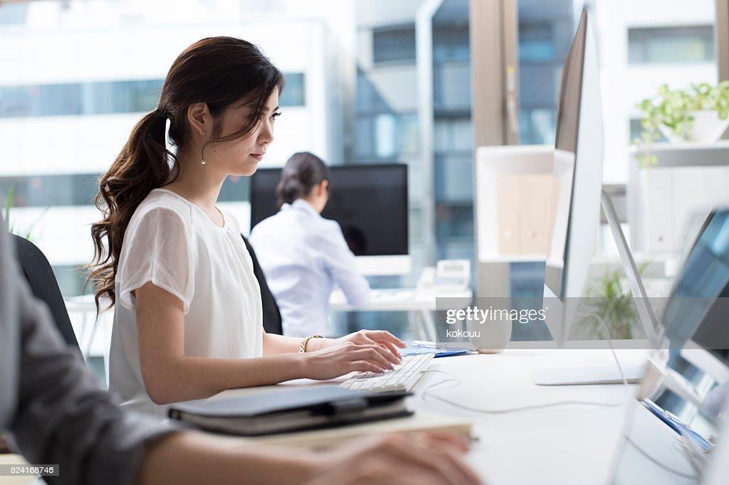 女性実業家いるオフィスの : ストックフォト