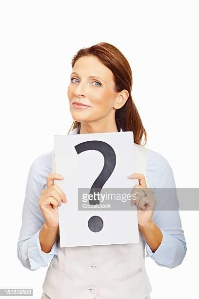 Business-Frau mit einem Fragezeichen-Zeichen auf Weiß