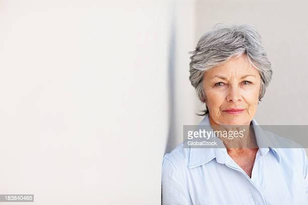 Femme d'affaires grave avec un look