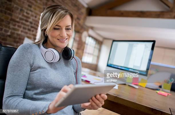 ビジネスの女性がタブレット