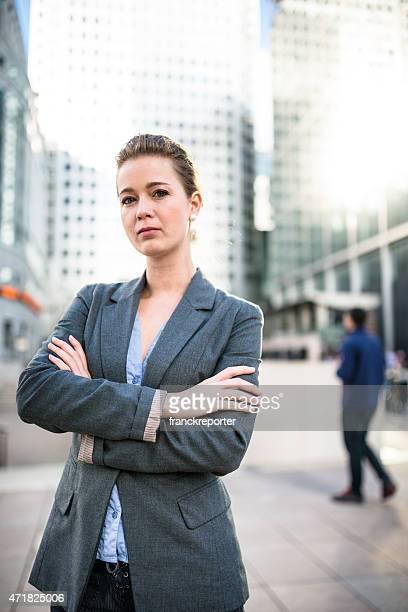 business-frau mit arme verschränkt in canary wharf - thinking outside the box englische redewendung stock-fotos und bilder