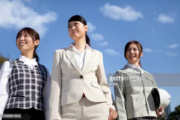 青空と笑顔のビジネスウーマン - よそいきの服 ストックフォトと画像