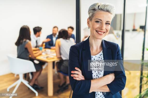 zakenvrouw met zijn ploeg achter - onafhankelijkheid stockfoto's en -beelden