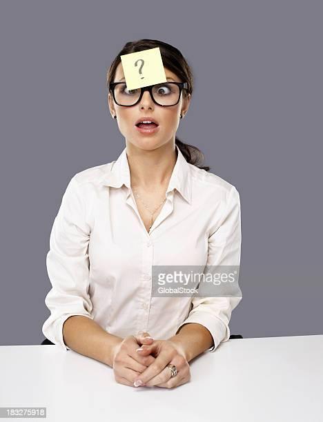 Femme d'affaires avec question marquer noter bloqué sur le front