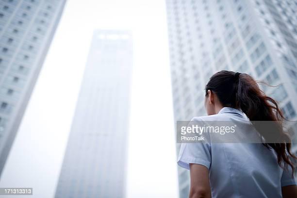 Business-Frau mit Wolkenkratzer Bürogebäude Hintergrund-XXXXXLarge