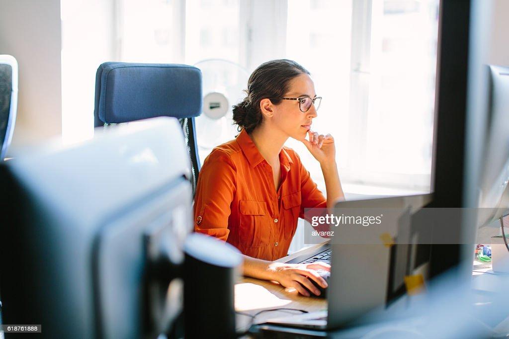 Business-Frau arbeitet auf ihrem Schreibtisch : Stock-Foto