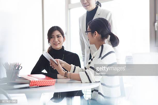 女性実業家は、モダンなオフィスで働く