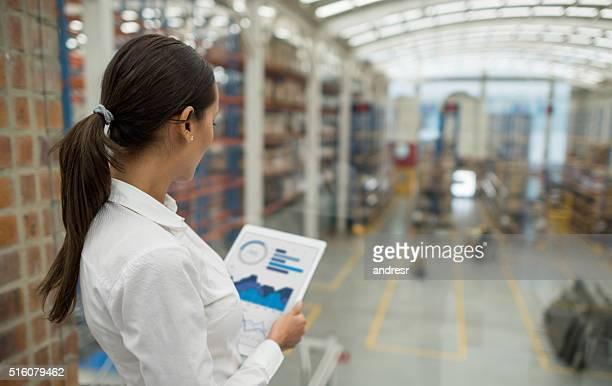 business woman working on freight transportation - lista de chequeo fotografías e imágenes de stock