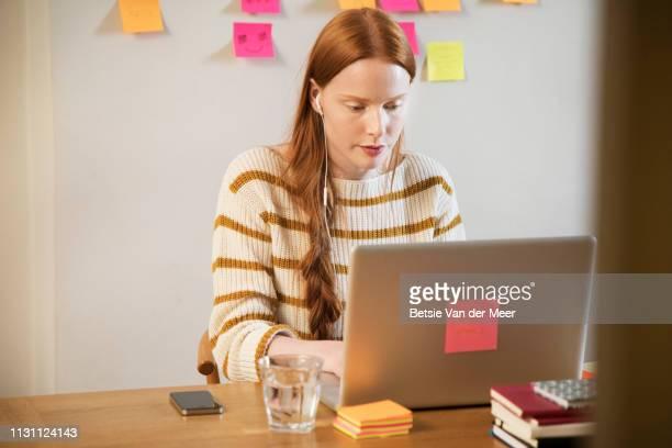 business woman working on laptop. - inglaterra - fotografias e filmes do acervo